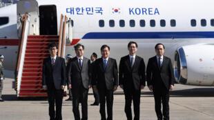 图为韩国总统文在寅特使团出发前往平壤