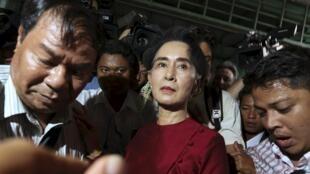 Aung San Suu Kyi, prix Nobel de la paix, a voté ce dimanche matin dans une école du centre de Rangoon.