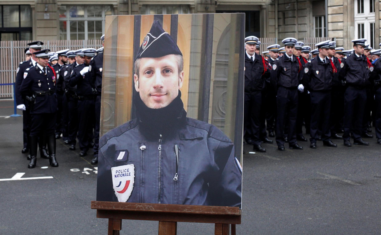 法国悼念2017年4月20日在香榭丽舍大街执勤期间遭到枪杀的泽维尔-朱盖尔国葬仪式上的警员生前照片。