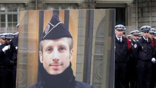 法國悼念2017年4月20日在香榭麗舍大街執勤期間遭到槍殺的澤維爾-朱蓋爾國葬儀式上的警員生前照片。