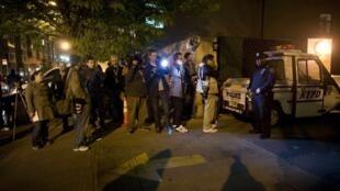 Fotógrafos e jornalistas diante da delegacia no Harlem, para onde DSK foi levado.
