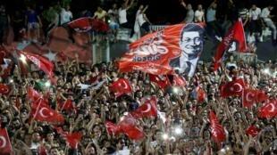 """شادی طرفداران """"اکرم اماماوغلو"""" نامزد حزب """"جمهوریخواه خلق ترکیه"""" (حزب مخالف دولت ترکیه)، پس از پیروزی در انتخابات شهرداری استانبول. یکشنبه ٢ تیر/ ٢٣ ژوئن ٢٠۱٩"""