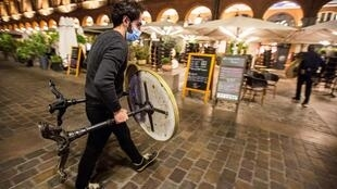 An restaurant worker closes ahead of a 9pm curfew in Toulouse, on October 24, 2020.