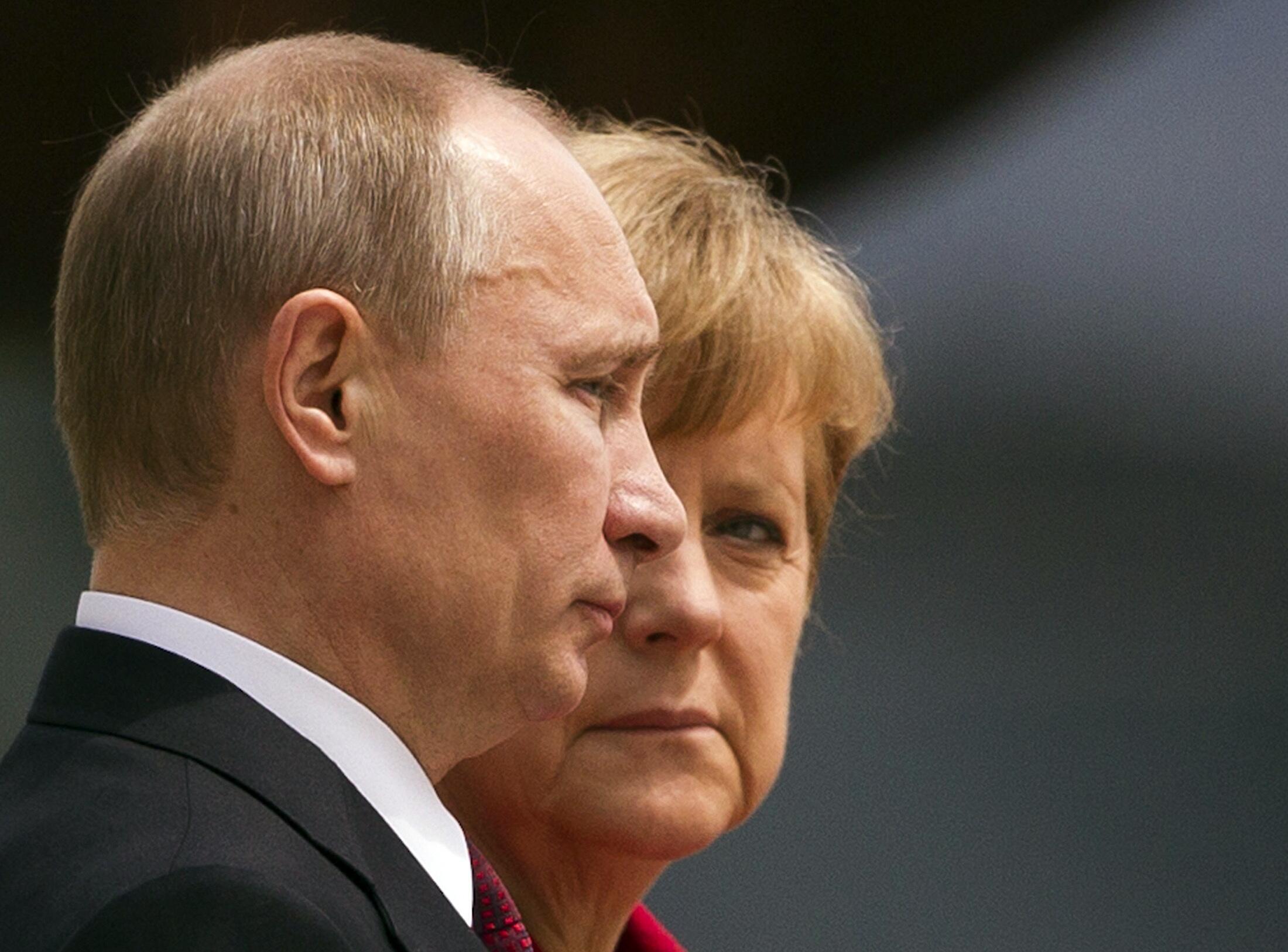 Thủ tướng Đức Angela Merkel và Tổng thống Nga Vladimir Putin (T). Ảnh chụp tại Berlin ngày  1/ 06 / 2012.