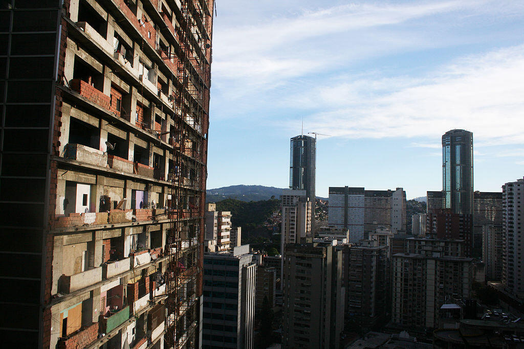 Exterior del Centro Financiero Confinanzas, con vista a las ocupaciones ilegales.