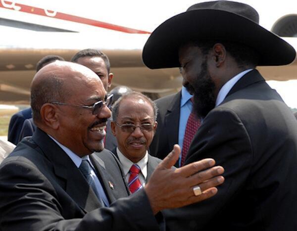Rais wa Sudan Omary Bashir akiwa na rais wa Sudani Kusini Salva Kiiri