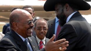 Rais wa Sudan Omary Bashir akiwa na rais wa Sudani Kusini Salva Kiir