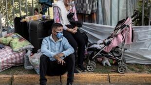 Des ressortissants vénézuéliens campent devant leur ambassade à Santiago du Chili pour demander leur retour.
