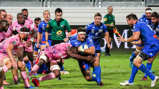 Le Castrais Antoine Tichit (balle en main) résiste au plaquage de Sékou Macalou du Stade Français en Top 14, le 13 septembre 2020 à Castres