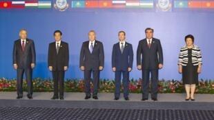 De G à D : L'Ouzbek Islam Karimov, le Chinois Hu Jintao, le Kazakh Noursoltan Nazarbaïev, le Russe Dmitri Medvedev, le Tadjik Emomali Rakhmon et la Kirghize Rosa Otounbaïeva, à Astana, le 15 juin 2011.