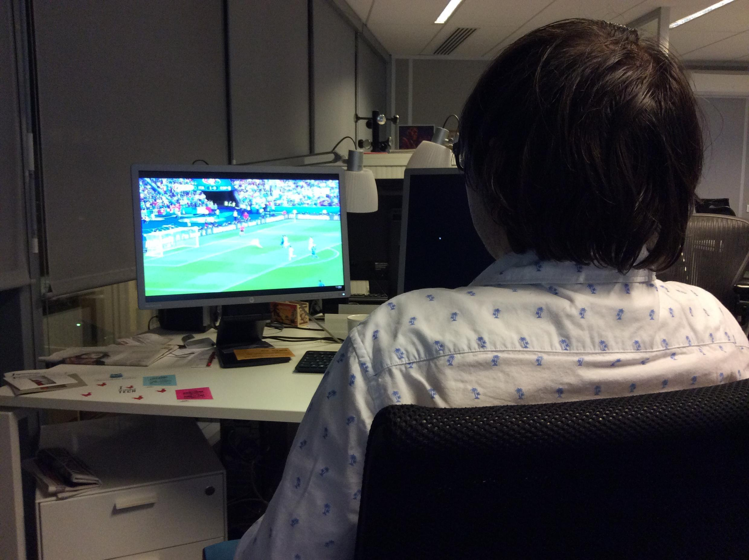 Certains profitent de la connexion Internet sur leur lieu de travail pour regarder l'Euro 2016...