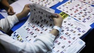 Conteo de votos después de la primera vuelta de las elecciones presidenciales en Guatemala. 16 de junio de 2019.