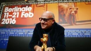 """O diretor Gianfranco Rosi comemora a vitória do seu documentário """"""""Fuocoammare"""""""