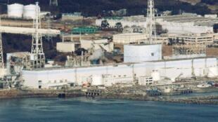Helicópteros jogam água para tentar resfriar reatores da usina de Fukushima.