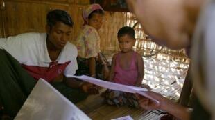 Refugiados rohyngias em acampamento na Birmânia