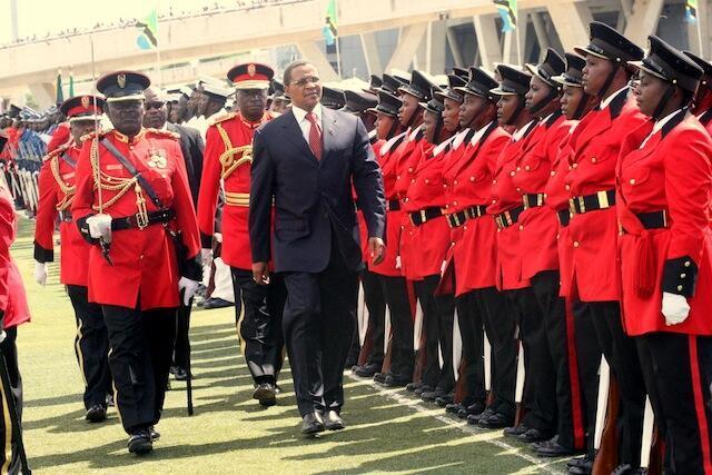 Raia wa Tanzania Jakaya Mrisho Kikwete akikagua gwaride wakati wa sherehe za muungano zilizo fanyika kwenye uwanja wa Uhuru jijini Dar Es Salaam April 26