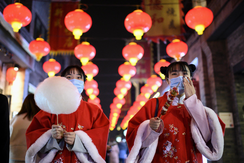 法广存档图片 - Image d'archive RFI : Des habitants de Pékin marche dans la rue Qianmen, le 11 février 2021, avant le début des célébrations du Nouvel-An lunaire, qui marque le début de l'année du buffle le 12 février.