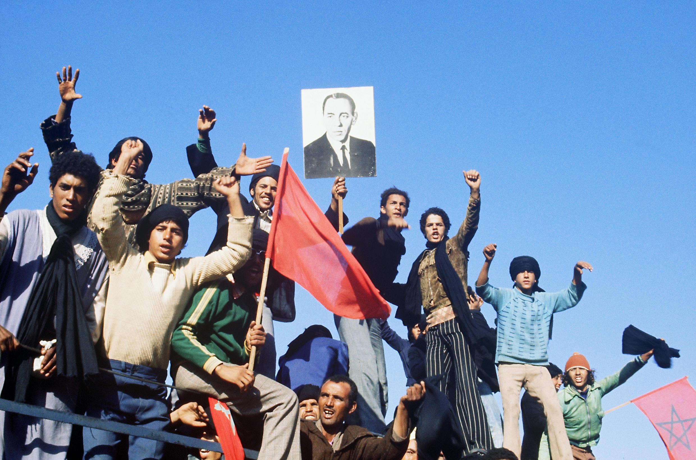 Des participants à la Marche verte entament leur parcours en direction du Sahara occidental, le 25 octobre 1975.