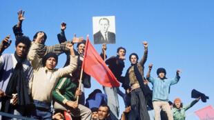 Les participants à la Marche verte entament leur parcours en direction du Sahara occidental, le 25 octobre 1975.