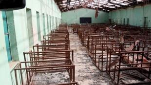 Prise le 5 mars 2015, cette photo montre une salle de classe brûlée lors d'un raid de Boko Haram, à Chibok,  dans le nord-est du Nigeria, là même où plus de 200 lycéennes ont été enlevées le 14 avril 2014.