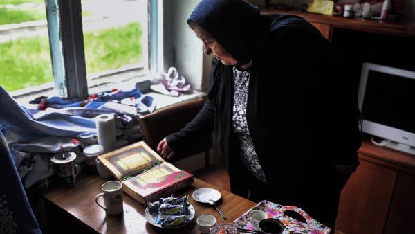 Samira a quitté Damas pour Naltchik. Elle occupe une petite chambre dans un sanatorium mis à disposition des rapatriés. Ses grands-parents avaient fui le Caucase.
