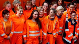 Ministra alemã para Assuntos de Família, Idosos, Mulheres e Jovens, Franziska Giffey (e), comemorou o Dia da Mulher ao lado de trabalhadoras no setor de limpeza urbana em Berlim.