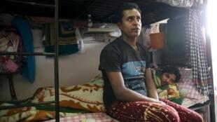 Travailleur migrant au Qatar dans un dortoir pour travailleur immigré. Photographié dans le cadre d'une tournée organisée par le gouvernement sur les sites dans lesquels vivent et travaillent les migrants début mai.