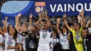 Les joueuses de l'Olympique lyonnais fêtent leur victoire en finale de Coupe de France, face au PSG, le 9 août 2020. Photo: Wendie Renard (au centre) avec le trophée.