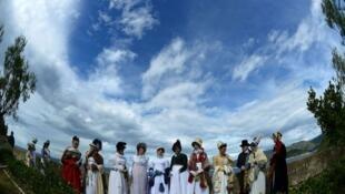 Женщины в исторических костюмах в саду Виллы Мулини, официальной резиденции Наполеона на Эльбе, 3 мая 2014 года