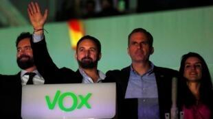 Le leader de Vox, Santiago Abascal salue ses supporters le 10 novembre 2019 à Madrid.