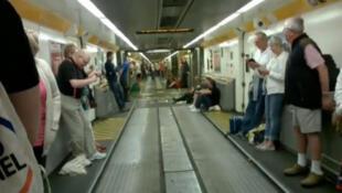 Captura vídeo dos passageiros que foram evacuados nesta segunda-feira (7) de um trem Eurostar que saiu de Londres