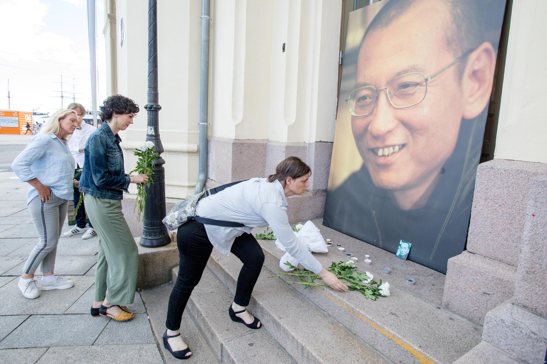 7月13日,挪威人在奥斯陆诺贝尔和平广场向刘晓波画像献花致哀。