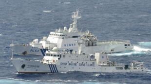 这是9月24日空中拍摄的中国海监船与日本巡逻舰在钓鱼岛海域对峙的情景