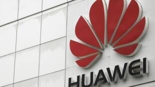 Logo tập đoàn viễn thông Trung Quốc Hoa Vi tại trụ sở chính ở Thẩm Quyến (Trung Quốc). Ảnh chụp ngày 17/04/2012.