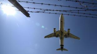 Un Airbus A320 de la compañía Alitalia se dispone a aterrizar en el aeropuerto romano de Fiumicino el 3 de junio de 2020