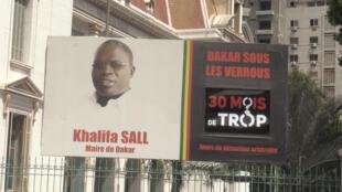 La photo de l'ex-maire de Dakar continue d'être affichée devant la mairie de la ville, au lendemain de sa libération.