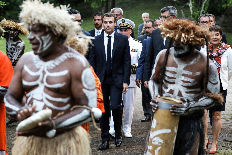 Le président de la République française Emmanuel Macron assiste à une cérémonie traditionelle à Noumea, en Nouvelle-Calédonie, le 5 mai 2018.