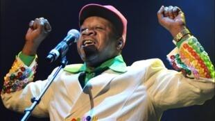 O músico congolês Papa Wemba se sentiu mal durante uma apresentação em Abidjan, na Costa do Marfim, no sábado (23).