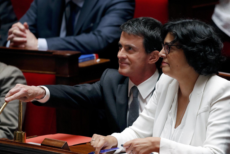 O primeiro-ministro Manuel Valls e a ministra do Trabalho Myriam El Khomri