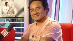 Rolando Carrasco en los estudios de RFI