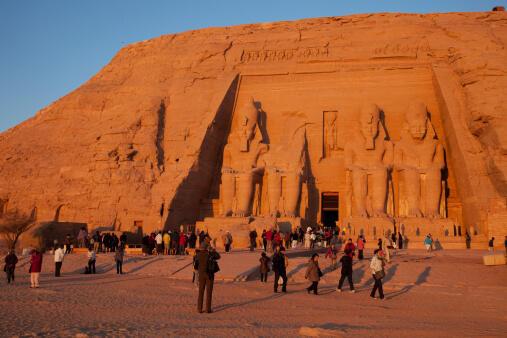 Des touristes devant le temple de Ramsès II.