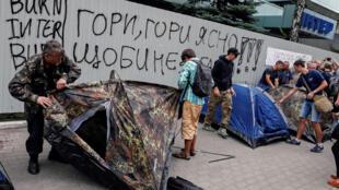 Активисты устанавливают палатки у здания телеканала «Интер» в Киеве, 5 сентября 2016 г.