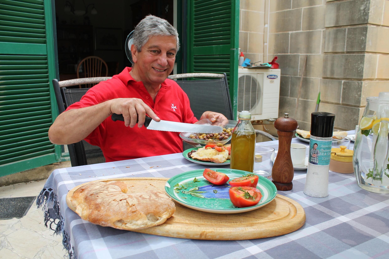 Sur sa propriété de Wardija, Sam Cremona est un fervent promoteur de l'huile d'olive locale.