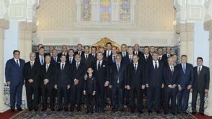 Le roi du Maroc Mohammed VI et le prince héritier Hassan posant pour la photo de famille avec les membres du nouveau cabinet au palais royal de Rabat, le 3 janvier 2012.