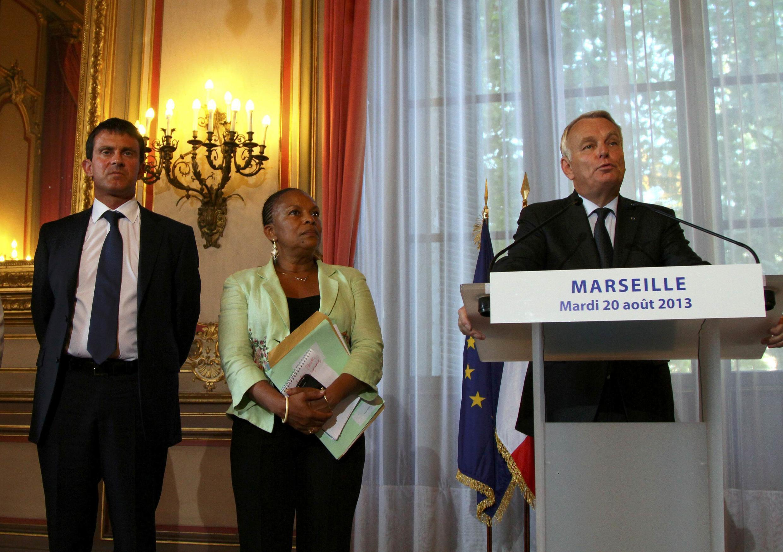 O premiê francês Jean-Marc Ayrault (d) durante pronunciamento ao lado do ministro do Interior, Manuel Valls, e da ministra da Justiça, Christiane Taubira, em Marselha, cidade do sul da França vítima de onda de violência, nesta terça, 20 de agosto de 2013.