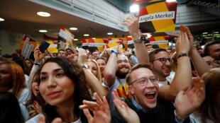 طرفداران آنگلا مرکل و اتحادیۀ دموکرات مسیحی های آلمان منتظر نتایج انتخاباتاند
