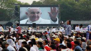 A missa campal celebrada pelo papa Francisco nesta quarta-feira (29), em Yangon, reuniu 150 mil dos 700 mil católicos que têm Mianmar.