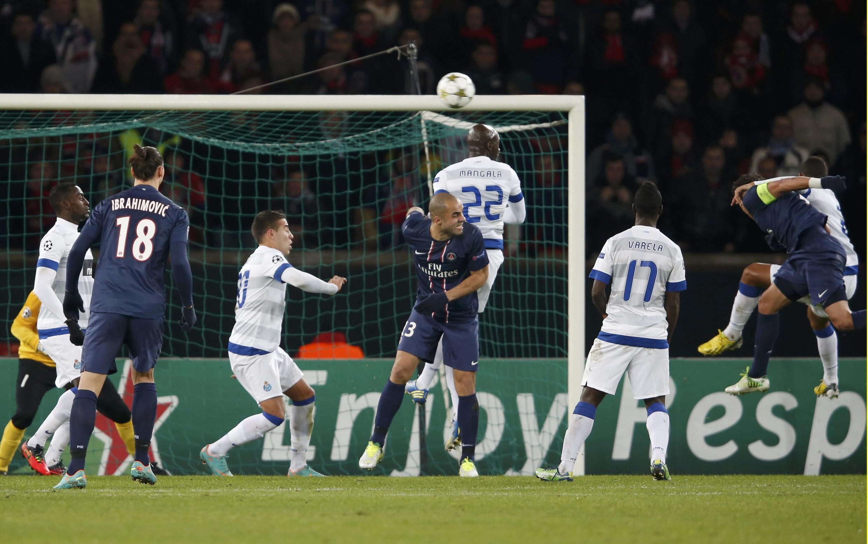 Le Brésilien Thiago Silva (à dir. de costas) marca o primeiro gol do PSG, de cabeça.