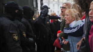 Des manifestants face à la police biélorusse lors d'un rassemblement contre la détention de la leader de l'opposition Maria Kolesnikova à Minsk, le 8 septembre 2020.