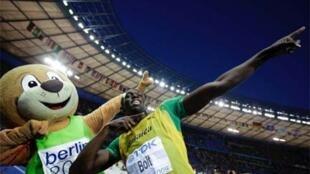 Usain Bolt est inimitable, même pour Berlino, la mascotte des Mondiaux.
